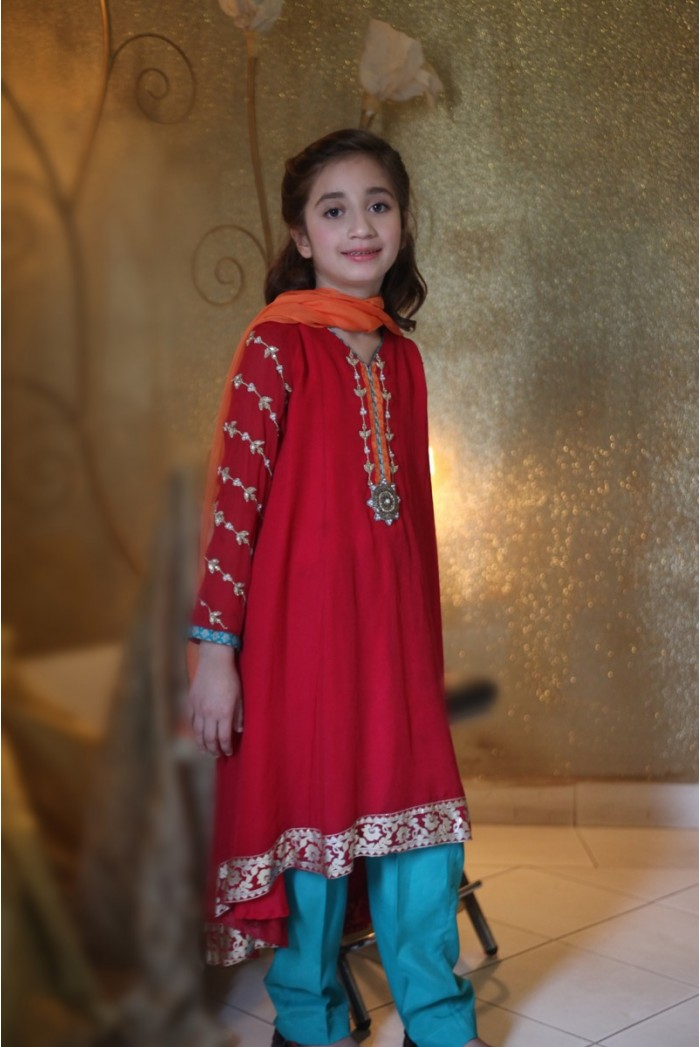Pakistani Eid Dress Designs For Little Girls. Pakistani Eid dresses are traditional yet modernistic in style and glamour. Most luxurious fashion brands worked day and night for their signature designs of kids eid dresses.